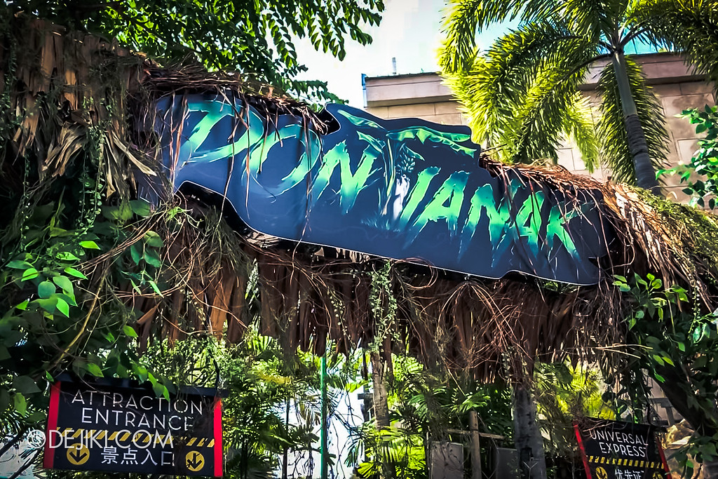 USS Halloween Horror Nights 8 - Pontianak house entrance