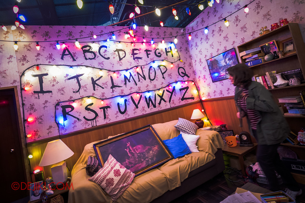 USS Halloween Horror Nights 8 Stranger Things haunted house maze PREVIEW HERO Joyce in Byers home living room Lights