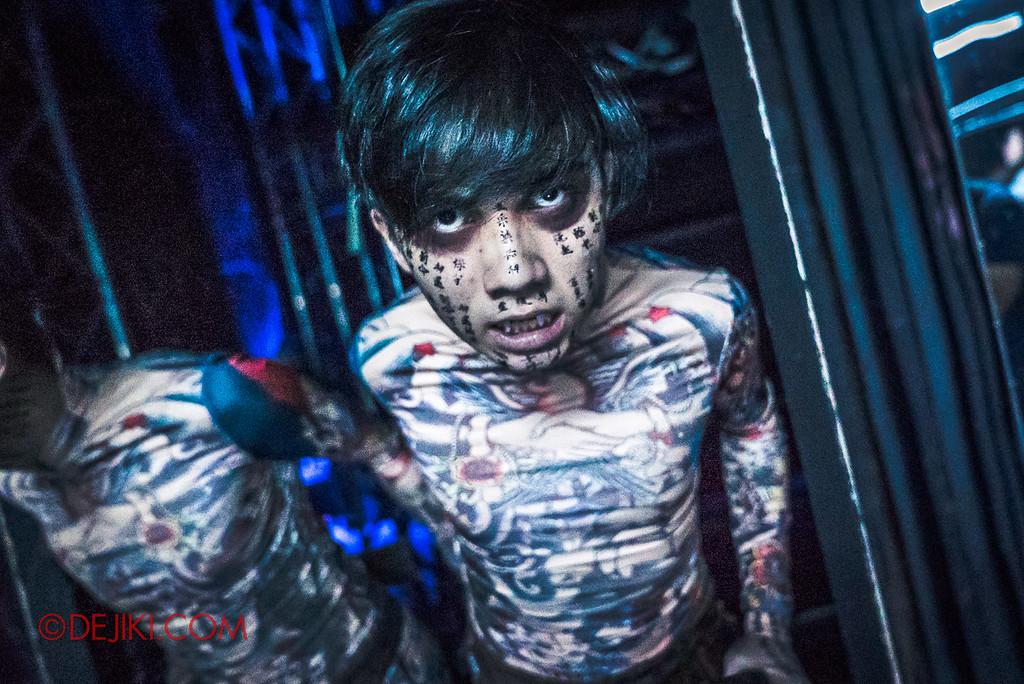 Universal Studios Singapore Halloween Horror Nights 8 - Killuminati haunted house tattoo guy mirror room