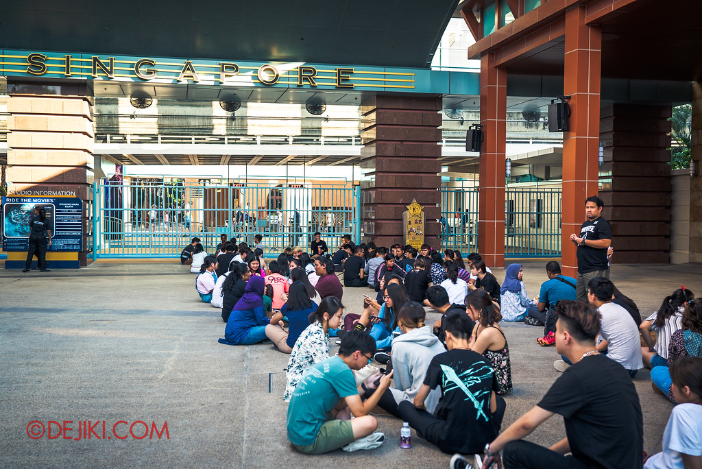 Universal Studios Singapore Halloween Horror Nights 8 - Queuing outside Gates at 5pm