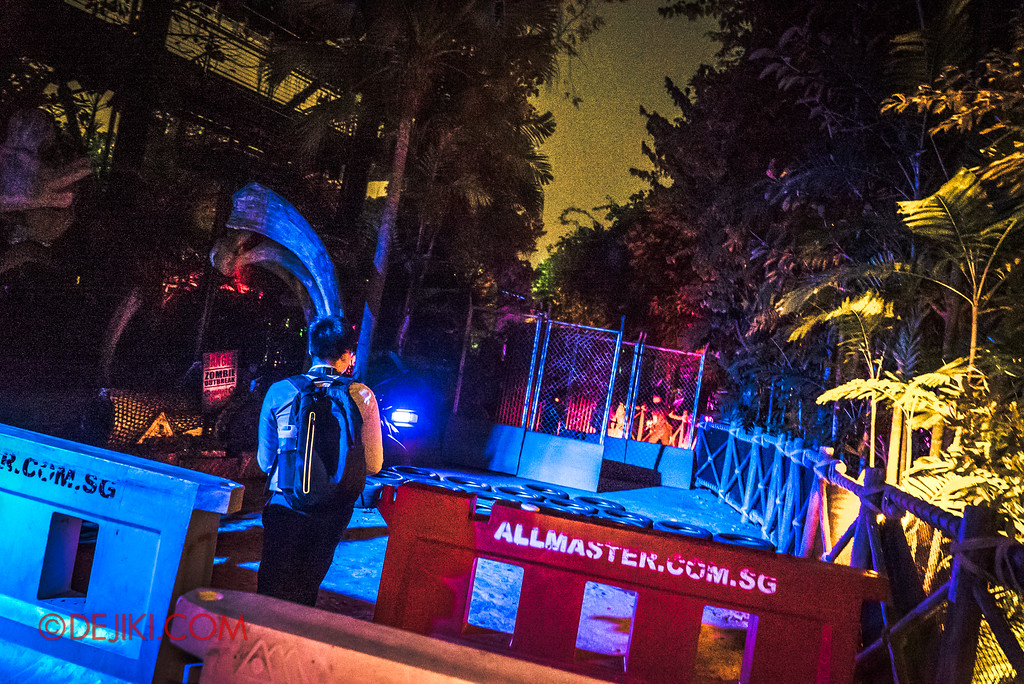 Universal Studios Singapore Halloween Horror Nights 8 - ZOMBIE LASER TAG obstacles