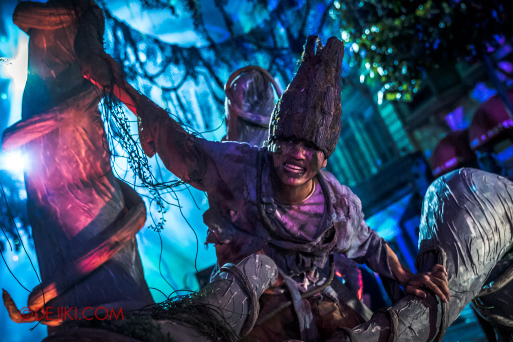USS Singapore Halloween Horror Nights 8 Apocalypse Earth scare zone man trapped in Gaia's tree hand giant