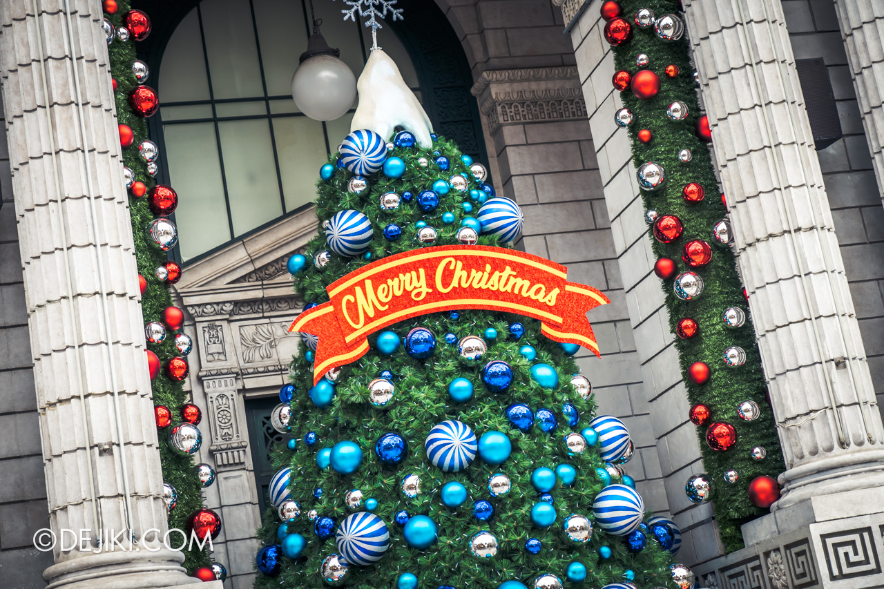 Universal Studios Singapore - Universal Christmas 2018 Elf City New York Library christmas tree
