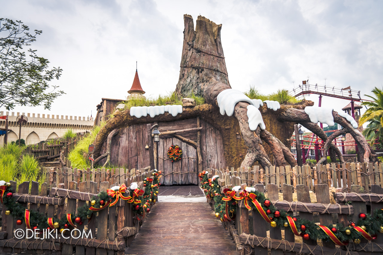 Universal Studios Singapore - Universal Christmas 2018 Park decorations Shrek Stump