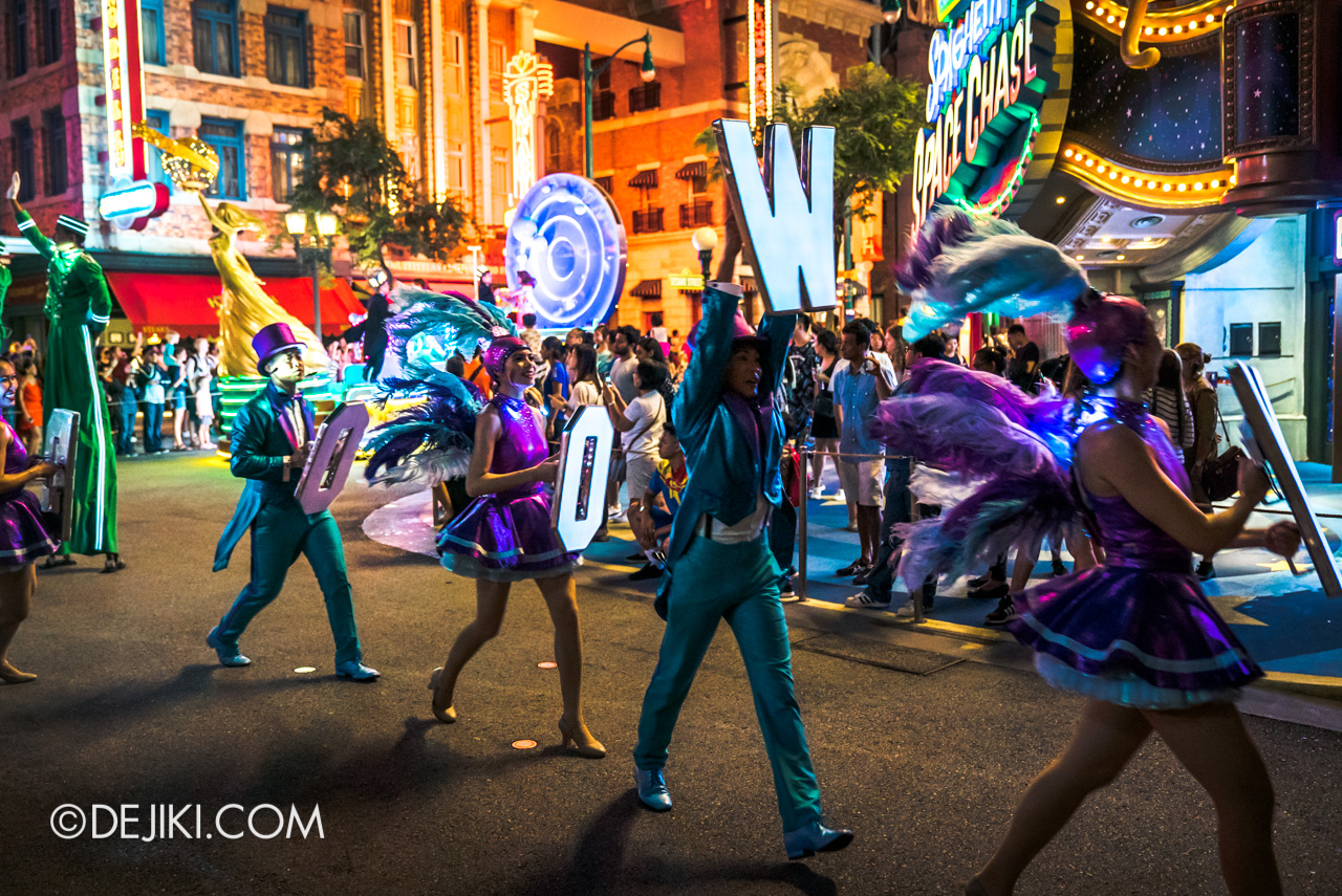 Universal Studios Singapore - Hollywood Dreams Light-up Parade - 6 That's A Wrap HOLLYWOOD Dancers moving