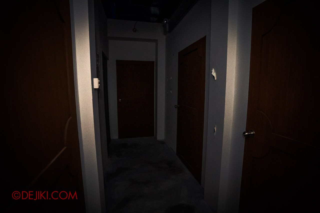 USS HHN9 Sneak Preview The Chalet Hauntings haunted house 04 scary corridors