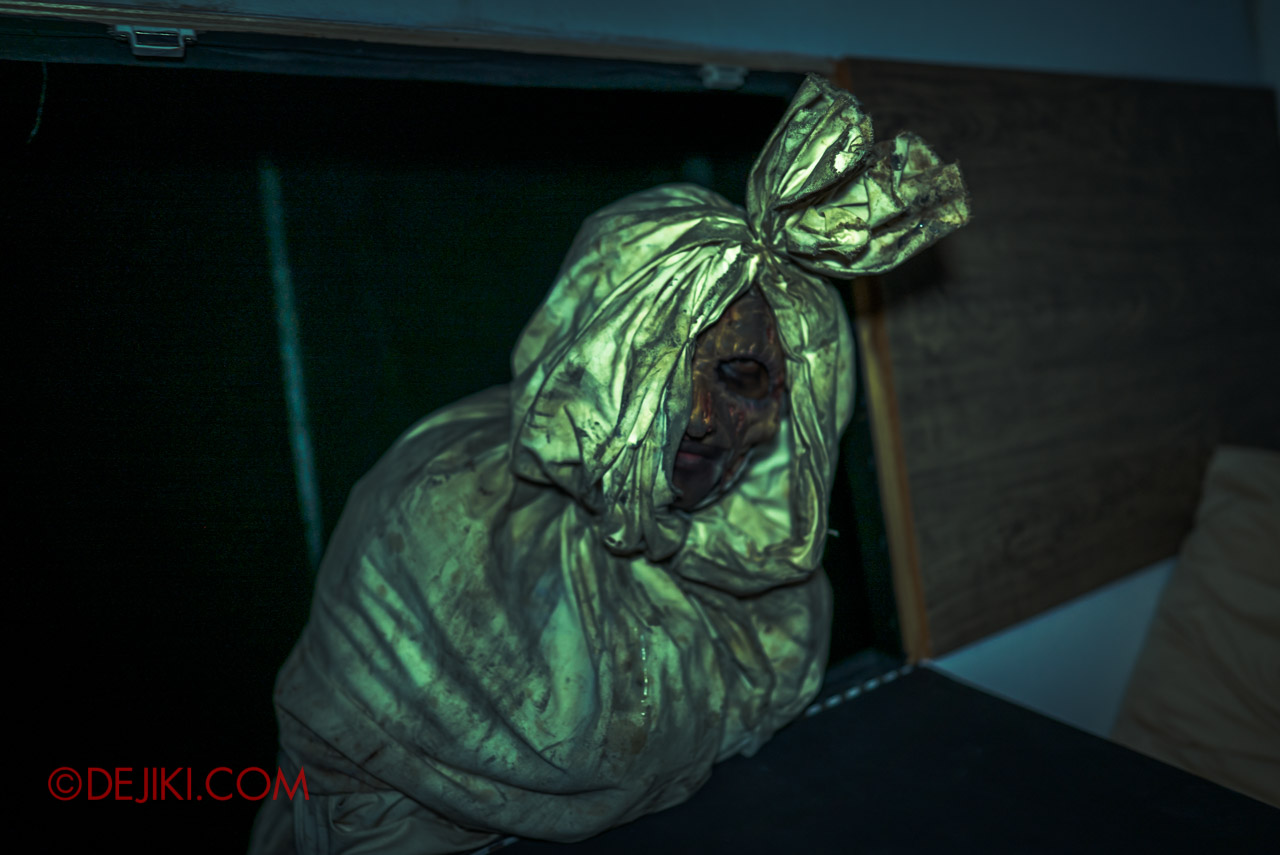 USS HHN9 Sneak Preview The Chalet Hauntings haunted house 05 bedroom visitor pocong