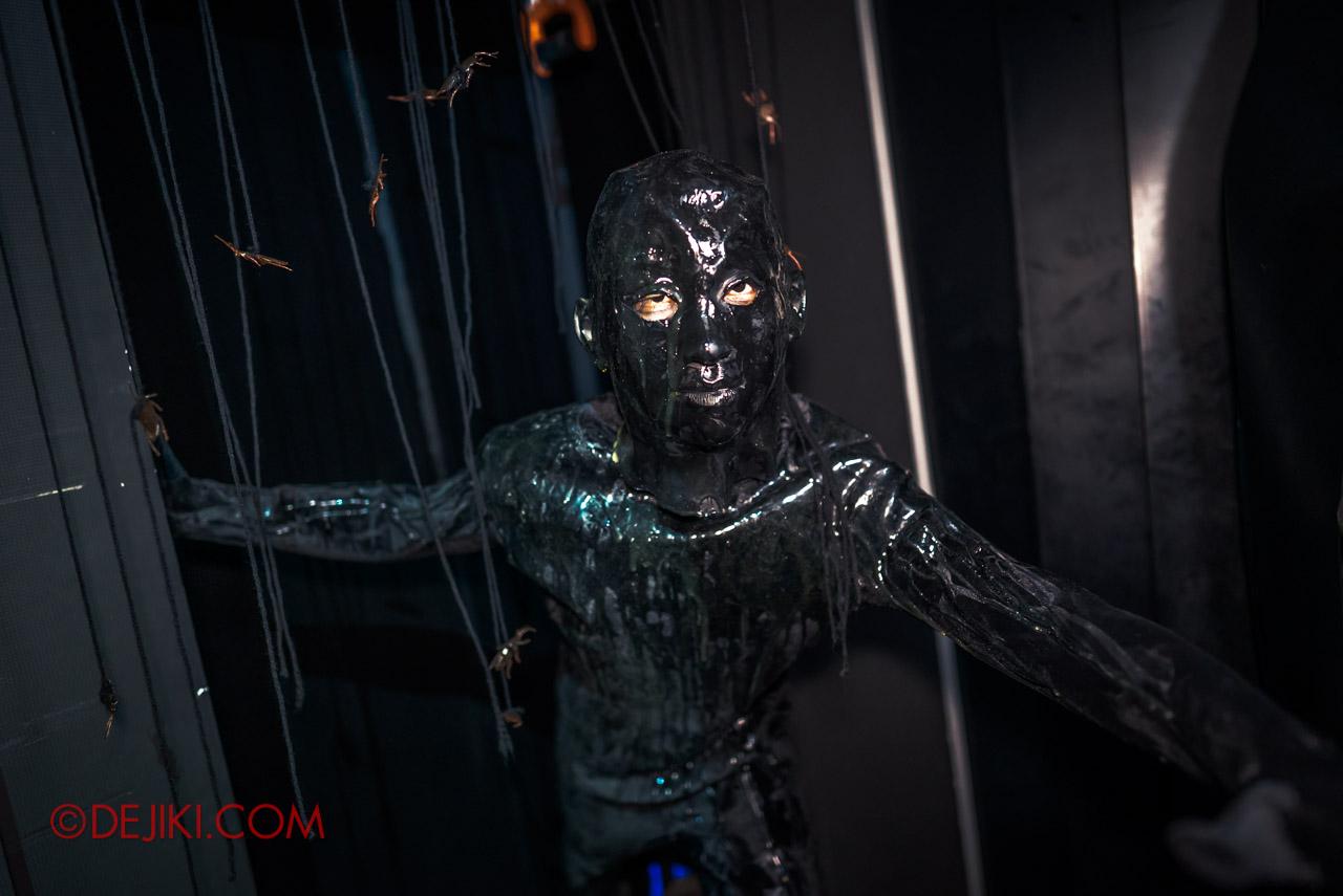 USS HHN9 Sneak Preview The Chalet Hauntings haunted house 06 ornang minyak black oil man