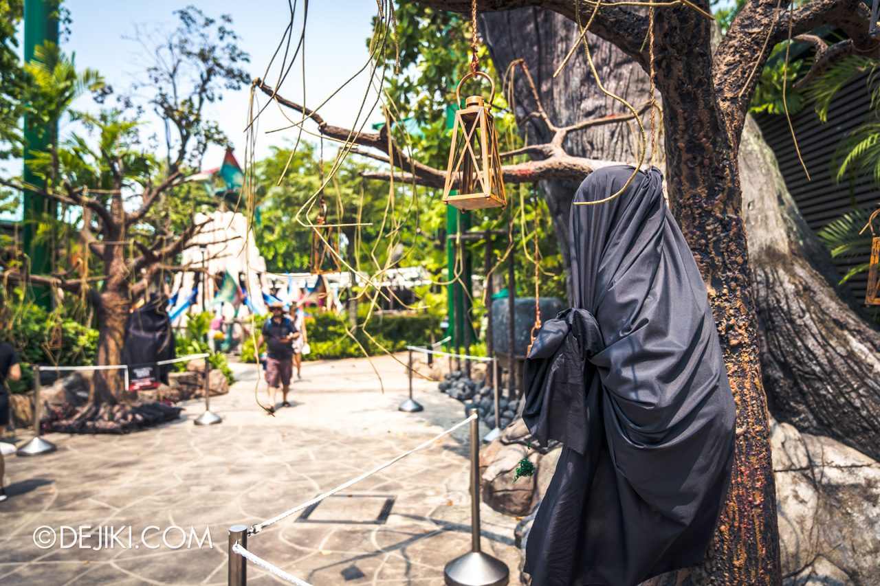 USS Halloween Horror Nights 9 construction update Dead End scare zone props hanging on trees