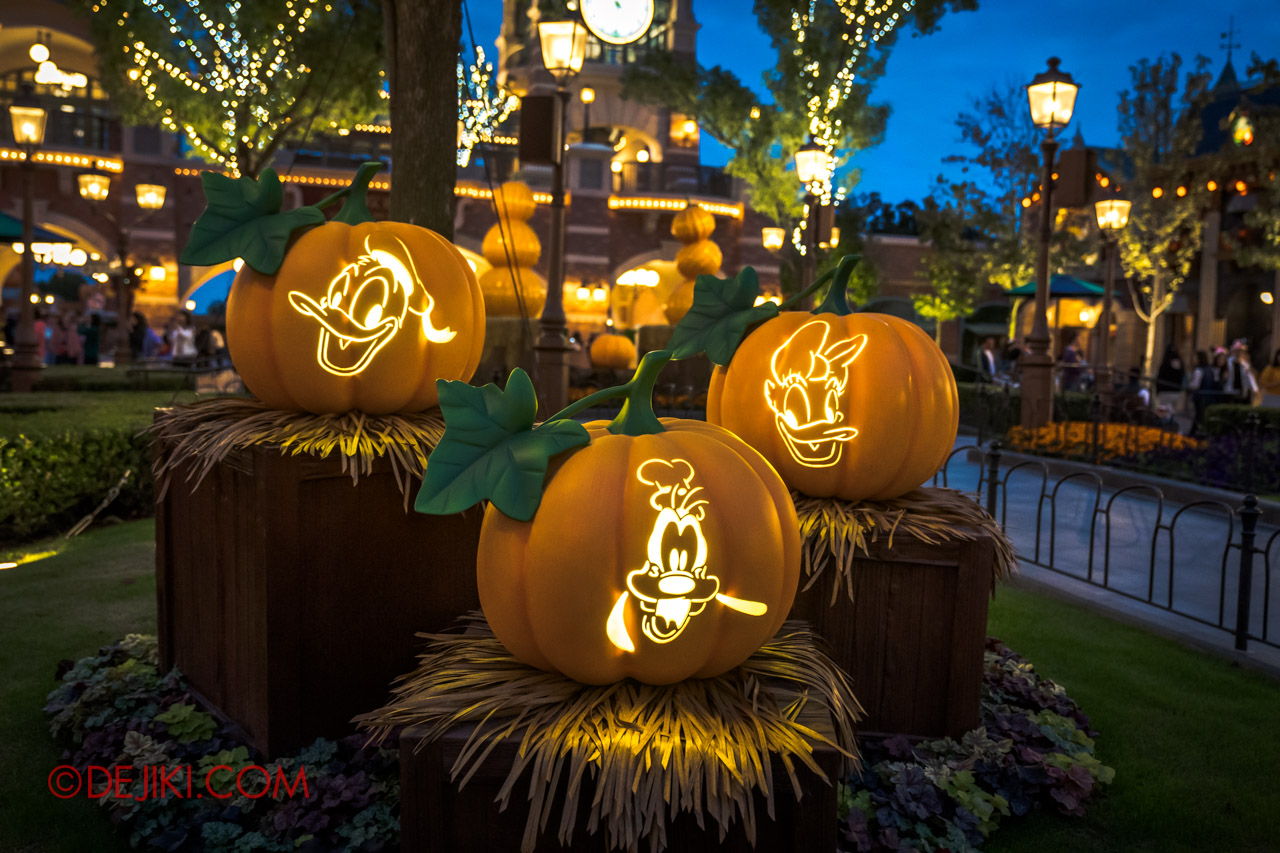 Shanghai Disneyland Halloween event Park Decorations Pumpkins at Mickey Avenue