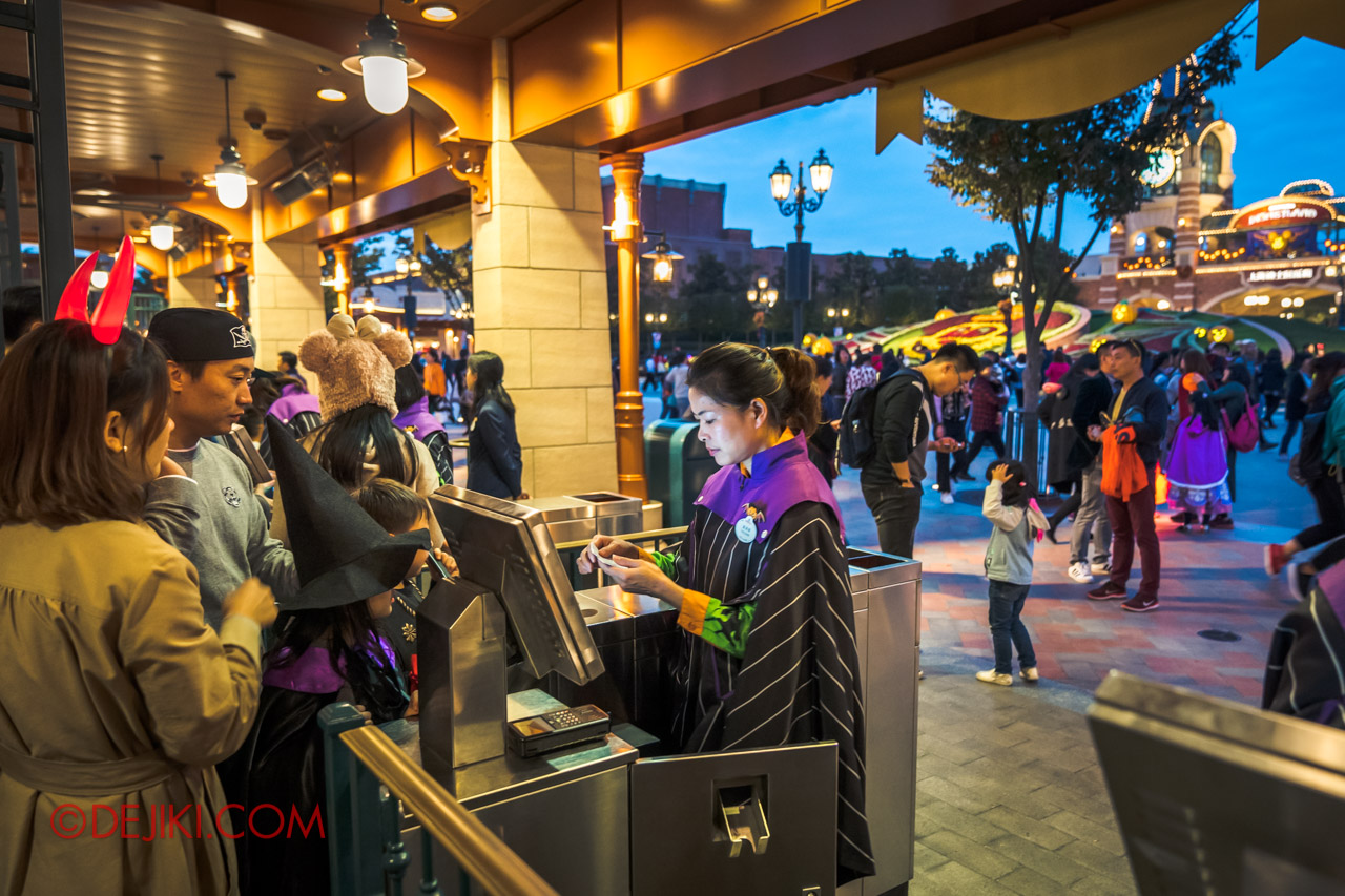 Shanghai Disneyland Halloween event Park Entrance