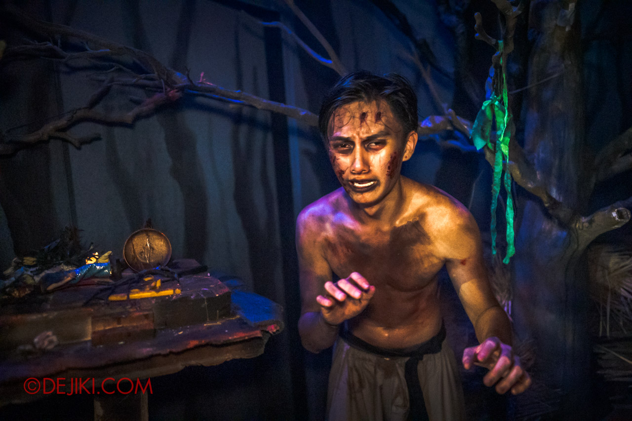 USS Halloween Horror Nights 9 Haunted House Tour Curse of The Naga 4 Victim scared outside