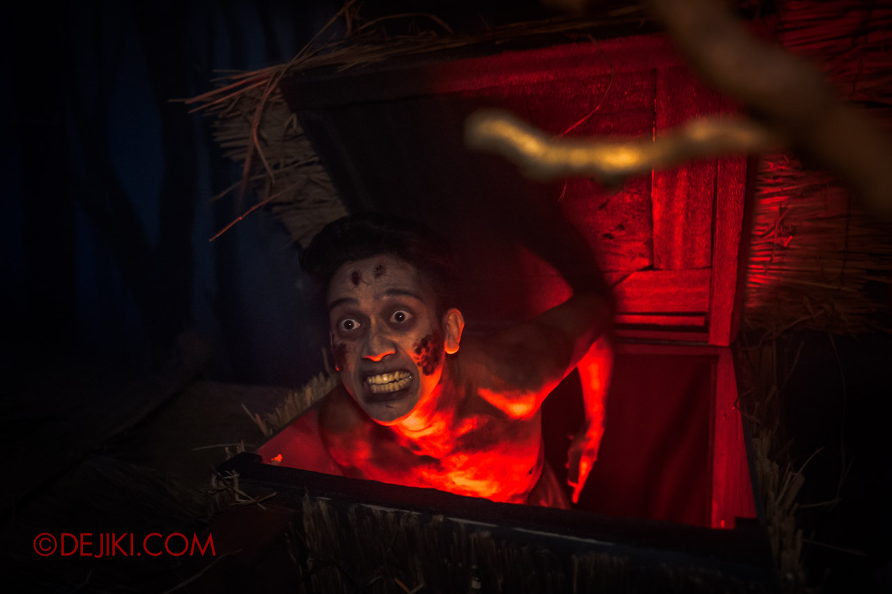 USS Halloween Horror Nights 9 Haunted House Tour Curse of The Naga 4 Village victim in box