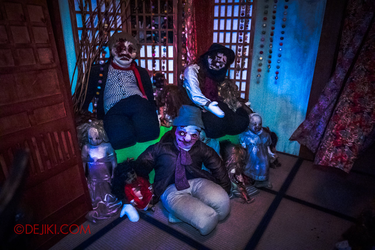 USS Halloween Horror Nights 9 Haunted House Tour Spirit Dolls 1 Living Room collection of dolls corner