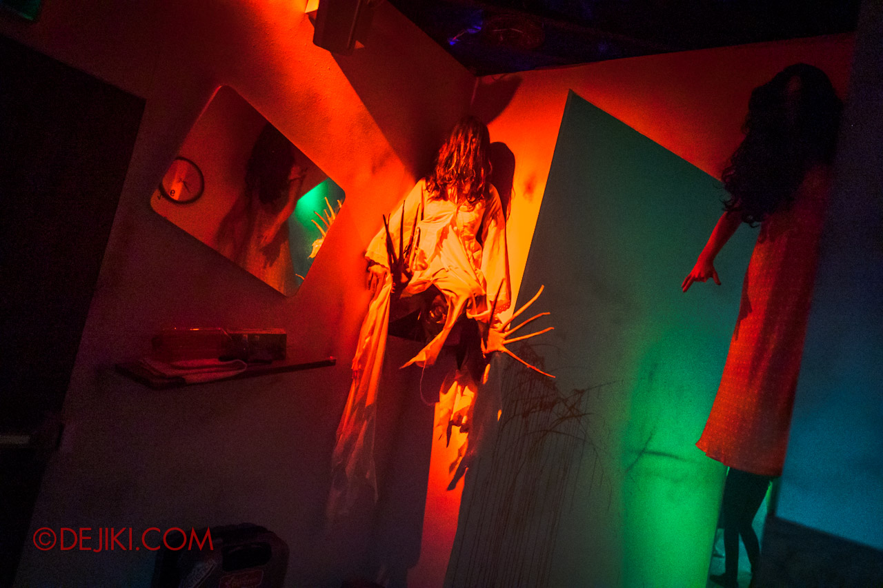USS Halloween Horror Nights 9 The Chalet Hauntings haunted house 05 floating