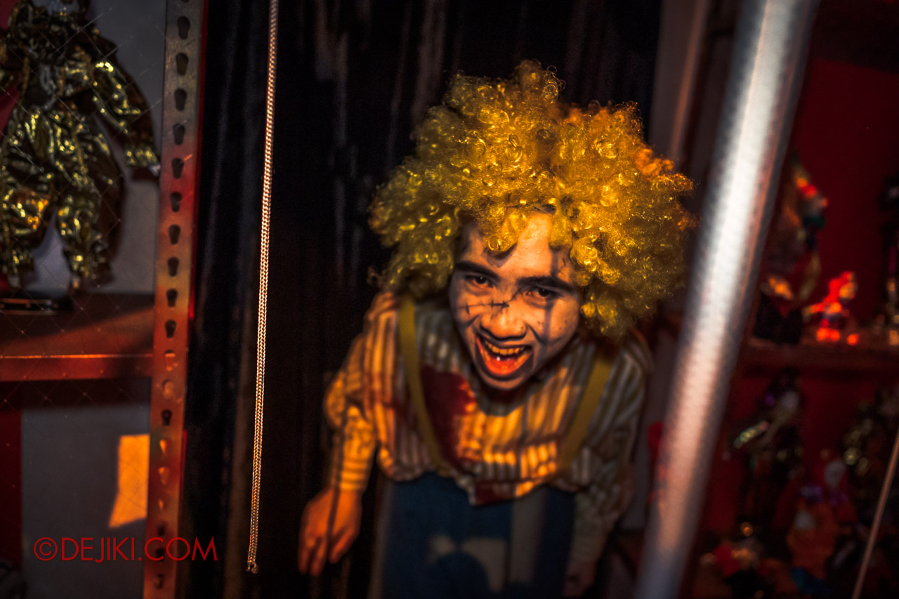 USS Halloween Horror Nights 9 Twisted Clown University haunted house 05 toys ventriloquist 2