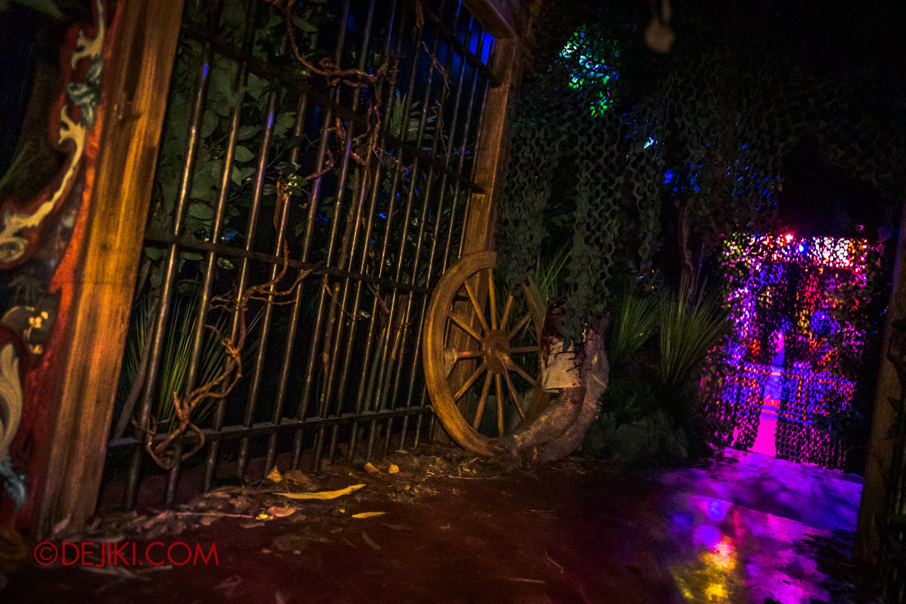 USS Halloween Horror Nights 9 Twisted Clown University haunted house 06a cage outside